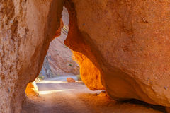 在两个大岩石之间的路 免版税库存图片