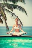 女孩实践的瑜伽 免版税库存照片