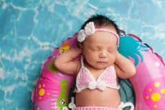 佩带比基尼乳罩的睡觉的新出生的女婴 库存图片