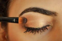应用在她的眼睛的妇女眼影膏 免版税库存照片