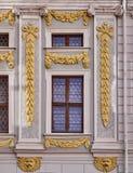 与金黄装饰品的巴洛克式的窗口 免版税库存照片