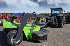 农用拖拉机和巨型犁 库存照片