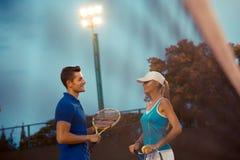 网球员谈话在法院 免版税库存照片