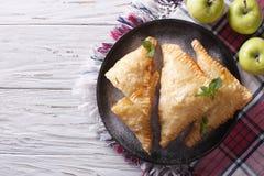 在板材的自创苹果饼转交 水平的顶视图 库存照片