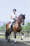 Κορίτσι σε μια σύνοδο εκπαίδευσης αλόγου σε περιστροφές Στοκ φωτογραφία με δικαίωμα ελεύθερης χρήσης