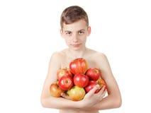 Χαμογελώντας αγόρι με έναν σωρό των μήλων Στοκ φωτογραφία με δικαίωμα ελεύθερης χρήσης
