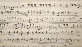 老与被染黄的纸的音乐老比分, 免版税库存图片