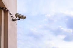 显示器事件的安全监控相机在城市 免版税库存图片