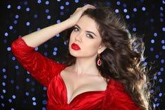 美好的妇女模型魅力画象在红色的与行业 免版税库存照片