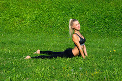 Маленькая девочка размышляет в положении йоги Стоковое Фото