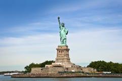 自由海岛全视图,有自由女神像的 库存照片