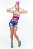 Красивая ультрамодная молодая женщина смеясь над счастливо Стоковые Изображения RF