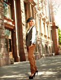 Фасонируйте женщину в ретро стиле на улице города Стоковые Фото