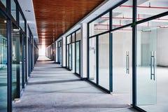 γραφείο οικοδόμησης κτηρίου κάτω Στοκ εικόνα με δικαίωμα ελεύθερης χρήσης
