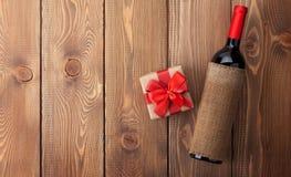 红葡萄酒瓶和情人节礼物盒 免版税库存照片