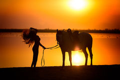 走与她的马的少妇 图库摄影