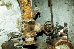 在老精炼厂驻地的生锈的机器 免版税库存图片