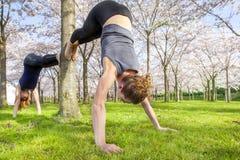 实践瑜伽的妇女 免版税库存图片