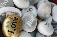 向纪念品幸福爱希望梦想扔石头 免版税库存照片