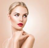 美丽的纵向妇女 秀丽有完善的新鲜的皮肤的温泉妇女 免版税库存图片
