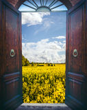 Ανοιχτή πόρτα και τοπίο Στοκ φωτογραφία με δικαίωμα ελεύθερης χρήσης