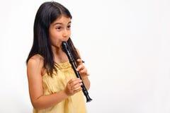 演奏记录员年轻人的女孩 免版税库存图片