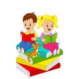 κορίτσι αγοριών βιβλίων που διαβάζεται Στοκ Εικόνα