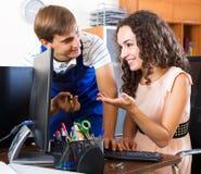技术支持工程师和客户 库存照片