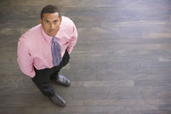 бизнесмен внутри помещения стоя Стоковое фото RF