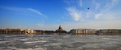 内娃河和圣以撒的大教堂在冬天 库存照片