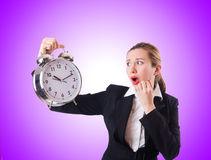 有巨型时钟的妇女女实业家 免版税库存图片
