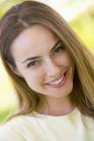 顶头射击微笑的妇女 免版税图库摄影