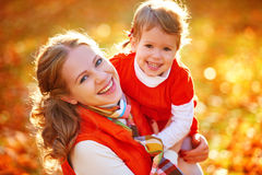 愉快的家庭:母亲和儿童小女儿演奏拥抱  免版税库存图片