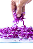 拾起少量红叶卷心菜的特写镜头手指 免版税库存照片