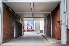 与绘画的砖墙入口 免版税库存照片