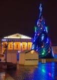 圣诞树的夜视图在城镇厅广场的 库存照片