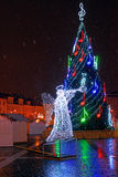 圣诞树的夜视图在市政厅广场的 库存照片