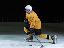Игрок хоккея на льде в действии Стоковая Фотография