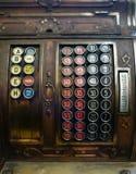葡萄酒收款机加法器古色古香的商人工具 免版税图库摄影