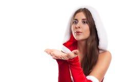 冬天,人们,幸福概念-红色圣诞老人恶劣环境测井的愉快的妇女 免版税库存图片