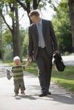 爸爸他儿子走的工作 免版税图库摄影