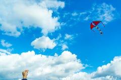 拿着风筝的手 免版税库存图片