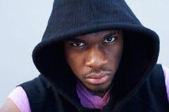 Δροσερός μαύρος τύπος με την μπλούζα κουκουλών Στοκ εικόνες με δικαίωμα ελεύθερης χρήσης