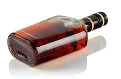 金和皮革白兰地酒烧瓶 图库摄影