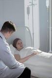 谈话与病的患者 图库摄影