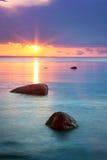 Заход солнца на море с красивыми водой и облаками Стоковое Изображение RF