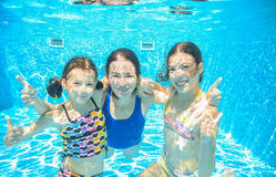 Η οικογένεια κολυμπά στη λίμνη ή τη θάλασσα υποβρύχια, η μητέρα και τα παιδιά έχουν τη διασκέδαση στο νερό Στοκ εικόνα με δικαίωμα ελεύθερης χρήσης