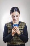 Девушка наслаждаясь запахом кофе Стоковая Фотография RF