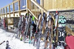 滑雪和雪板反对滑雪后的瑞士山中的牧人小屋酒吧 免版税库存图片
