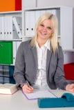 年轻女商人在办公室 免版税库存图片